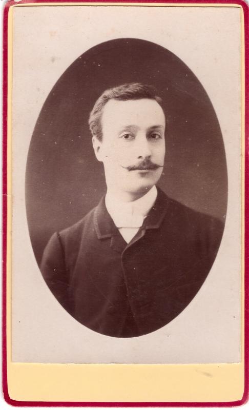 Homme qui a une fine moustache