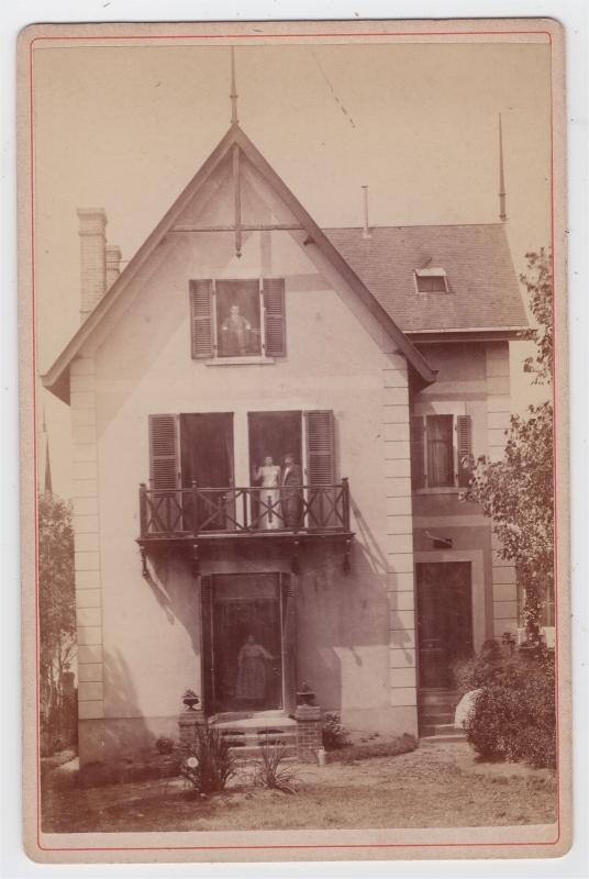 Ordinaire Villa Dont Les Propriétaires Posent Dans Lu0027encadrure De La Porte Et Des  Fenêtres